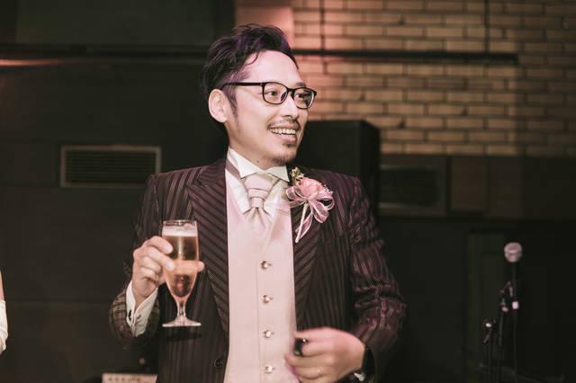 乾杯の挨拶でグラスを持つ新郎|フリー写真素材・無料ダウンロード-ぱくたそ (12349)