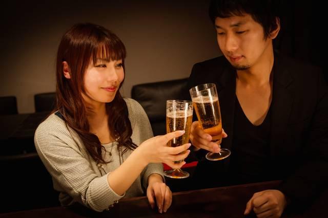 バーで乾杯する男女|フリー写真素材・無料ダウンロード-ぱくたそ (12534)