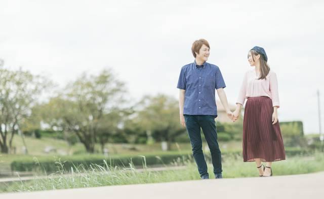 公園デートする仲睦まじい夫婦|フリー写真素材・無料ダウンロード-ぱくたそ (12536)