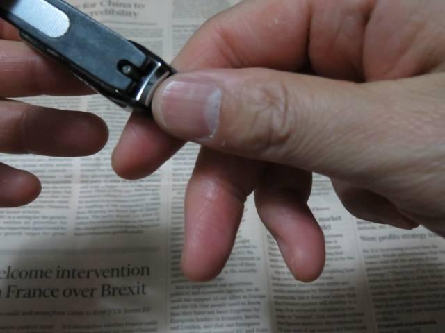 爪切りしている男性 1|写真素材なら「写真AC」無料(フリー)ダウンロードOK (12592)