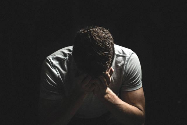 [フリー写真] 手で顔を覆って泣いている男性でアハ体験 -  GAHAG | 著作権フリー写真・イラスト素材集 (12630)