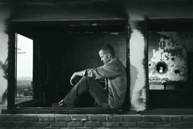 [フリー写真] 廃墟と失意の外国人男性のポートレイトでアハ体験 -  GAHAG | 著作権フリー写真・イラスト素材集 (12631)
