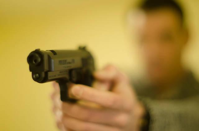[フリー写真] 拳銃を構える男性でアハ体験 -  GAHAG | 著作権フリー写真・イラスト素材集 (12635)