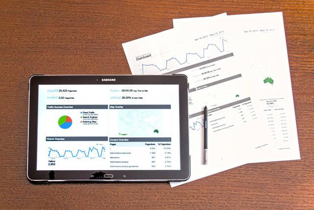 [フリー写真] アクセスデータを表示したタブレットPCと書類でアハ体験 -  GAHAG | 著作権フリー写真・イラスト素材集 (12636)