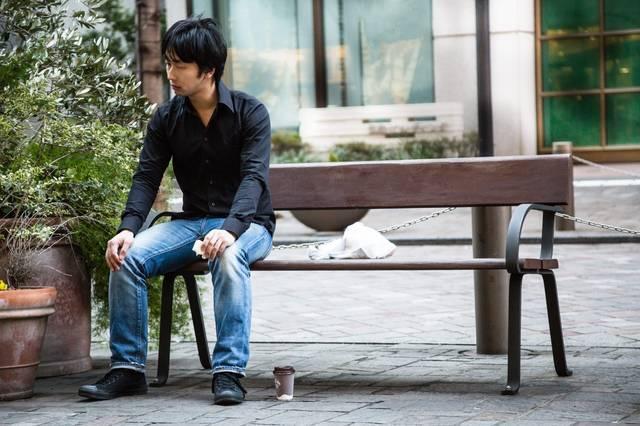 ベンチでぼっち飯をする映画俳優|フリー写真素材・無料ダウンロード-ぱくたそ (12725)