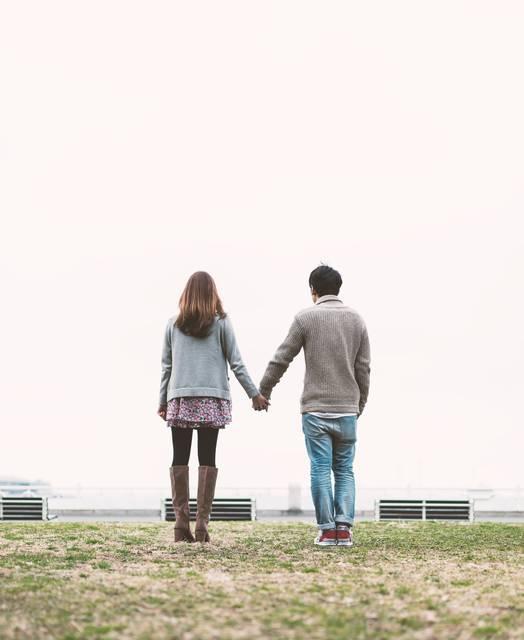 公園で手をつなぐ男女(恋人)|フリー写真素材・無料ダウンロード-ぱくたそ (12741)