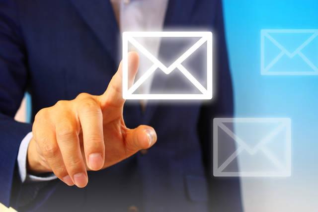 [フリー写真] メールアイコンをタッチするビジネスマンの手でアハ体験 -  GAHAG | 著作権フリー写真・イラスト素材集 (12828)
