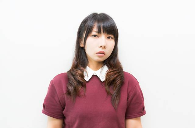 呆れた表情でこちらを見つめる女性|フリー写真素材・無料ダウンロード-ぱくたそ (12883)