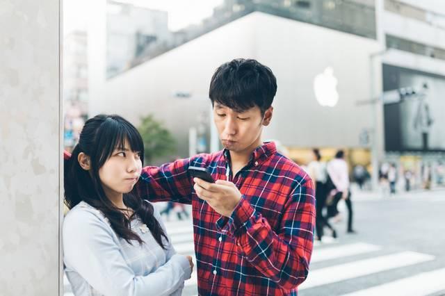 デートの待ち合わせに遅刻し憤怒する彼女とスマホばかりを気にする彼氏|フリー写真素材・無料ダウンロード-ぱくたそ (12884)