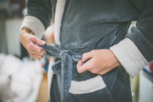 お風呂上がりのバスローブ姿 | 「frestocks(フリストックス)」フリー素材やモデル写真 (12969)