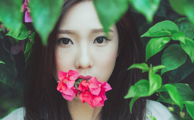 [フリー写真] 花を咥えたベトナムの女性ポートレイトでアハ体験 -  GAHAG | 著作権フリー写真・イラスト素材集 (13065)