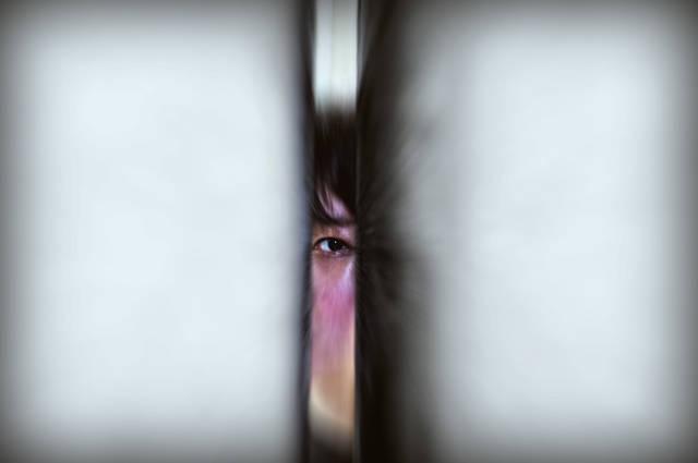 [フリー写真] 壁の隙間から覗く目でアハ体験 -  GAHAG | 著作権フリー写真・イラスト素材集 (13066)