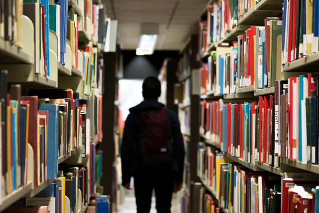 [フリー写真] 図書館の本棚と学生でアハ体験 -  GAHAG | 著作権フリー写真・イラスト素材集 (13067)