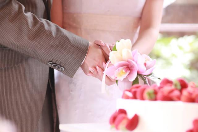 [フリー写真] 結婚式でケーキカットする新郎新婦でアハ体験 -  GAHAG | 著作権フリー写真・イラスト素材集 (13080)
