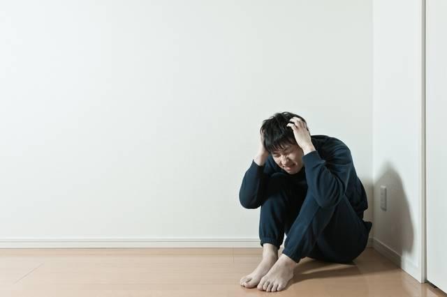 お山座りをして頭を抱えるぼっち|フリー写真素材・無料ダウンロード-ぱくたそ (13180)