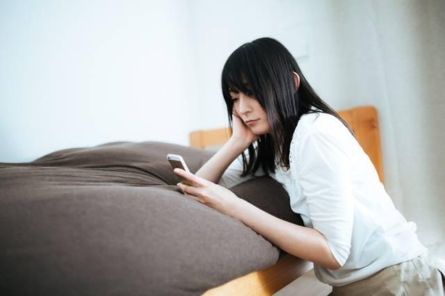 既読スルーにショックを受ける週末孤独女子|フリー写真素材・無料ダウンロード-ぱくたそ (13182)