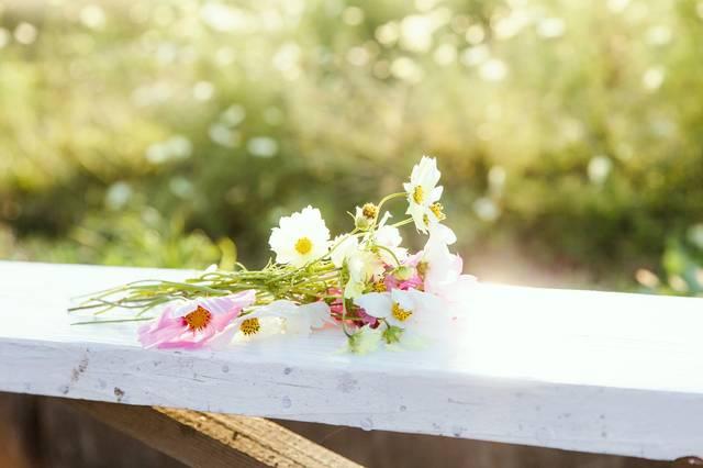 手すりに置かれた花束|フリー写真素材・無料ダウンロード-ぱくたそ (13183)
