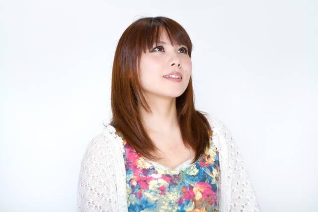 上を向く女性|フリー写真素材・無料ダウンロード-ぱくたそ (13351)