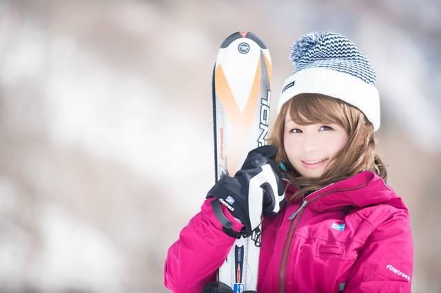 マイ・スキー板を抱きかかえるウィンターガール|フリー写真素材・無料ダウンロード-ぱくたそ (13354)