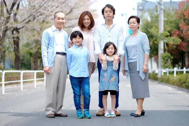 [フリー写真] みんなが揃う家族写真でアハ体験 -  GAHAG | 著作権フリー写真・イラスト素材集 (13523)