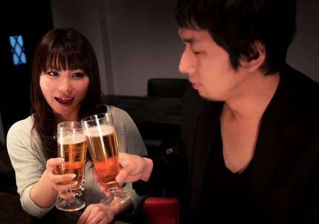 ビールで乾杯する男女|フリー写真素材・無料ダウンロード-ぱくたそ (13618)