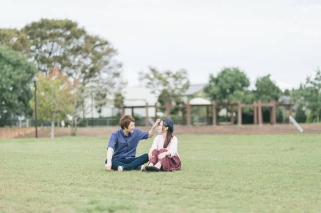 大刀洗公園の芝の上で休日デートする夫婦|ぱくたそフリー写真素材 (14081)