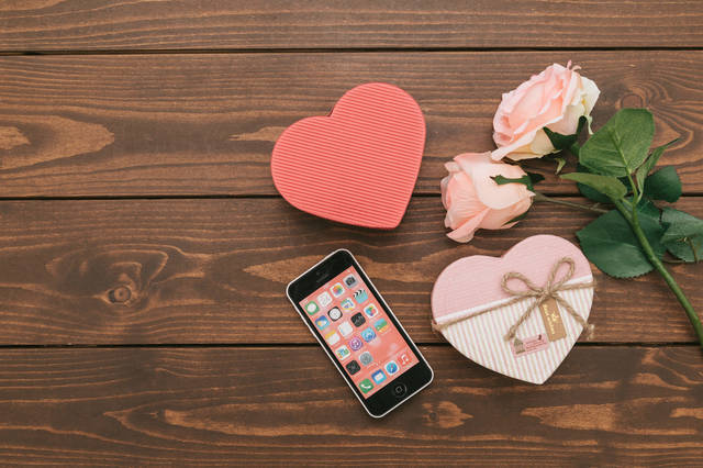 SNSで告白してカップル誕生!ハート型のバレンタイン|ぱくたそフリー写真素材 (14090)