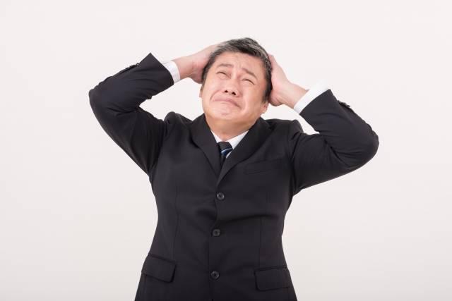 頭を抱える中年男性2|写真素材なら「写真AC」無料(フリー)ダウンロードOK (14450)
