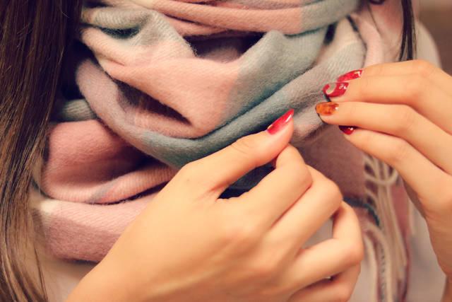 寒すぎてマフラーを巻くことにした女の子の画像|おしゃれなフリー写真素材:GIRLY DROP (14466)