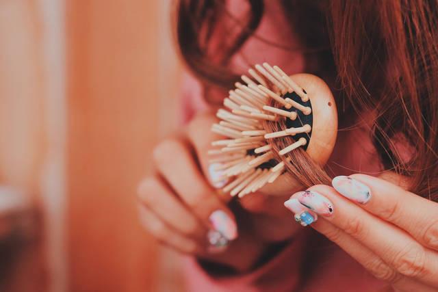 ブラシで髪の毛を丁寧にとかしている女の子 その2の画像|おしゃれなフリー写真素材:GIRLY DROP (14467)
