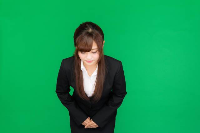 お辞儀をする女性(グリーンバック)|ぱくたそフリー写真素材 (14474)