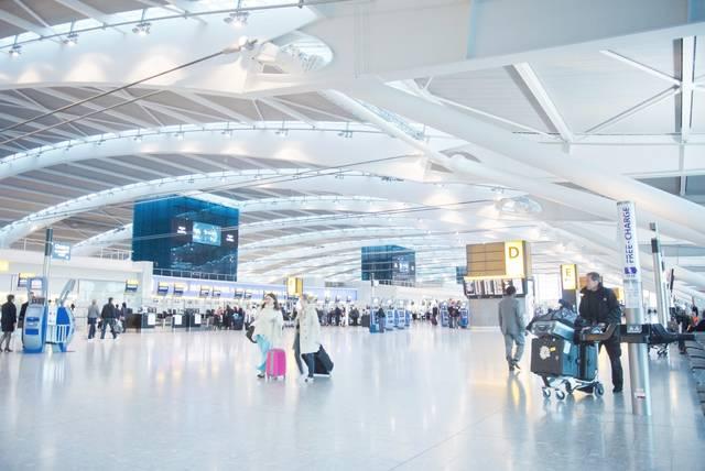 ヒースロー空港のロビー|ぱくたそフリー写真素材 (14475)