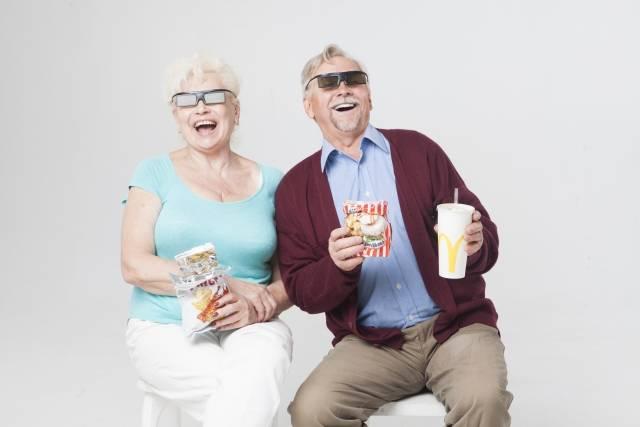 3D映画を見る外国人シニアカップル9|写真素材なら「写真AC」無料(フリー)ダウンロードOK (14540)
