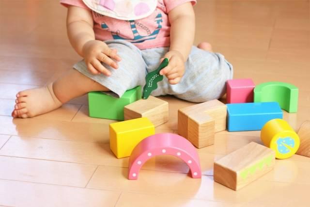 おもちゃで遊ぶ幼児|写真素材なら「写真AC」無料(フリー)ダウンロードOK (14543)