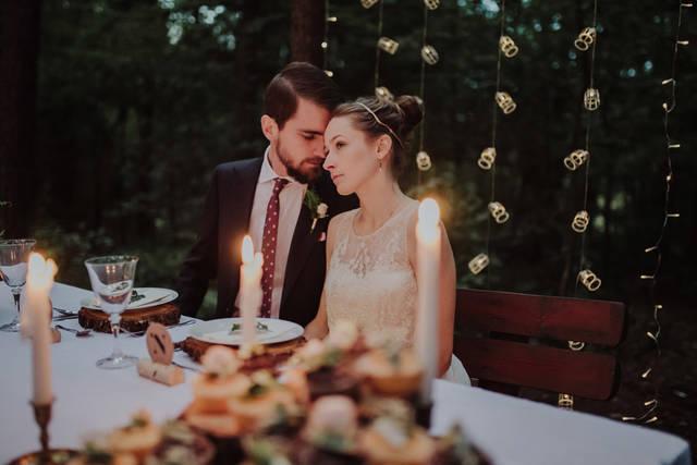 [フリー写真] 森の中で結婚式を挙げる新郎新婦でアハ体験 -  GAHAG | 著作権フリー写真・イラスト素材集 (14664)