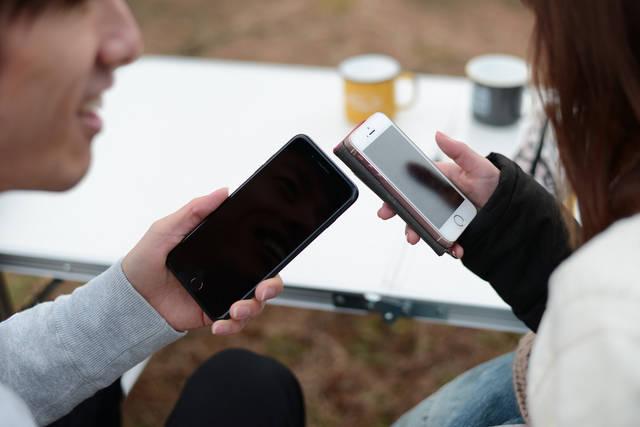 女の子の番号聞こうとスマホを出したがアプリでずっと遊んでいる | 「frestocks(フリストックス)」フリー素材やモデル写真 (14709)