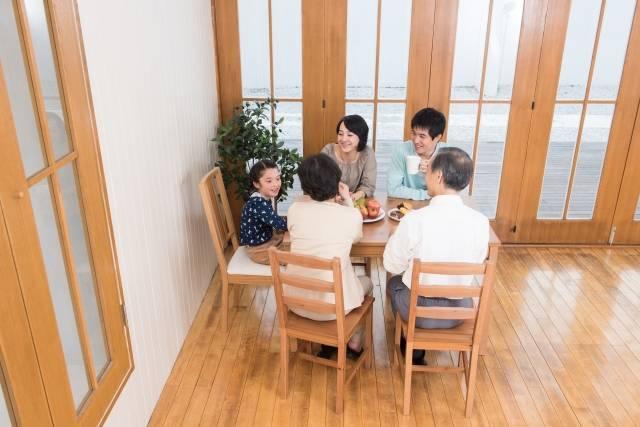 食卓に集まる三世代家族6|写真素材なら「写真AC」無料(フリー)ダウンロードOK (14710)