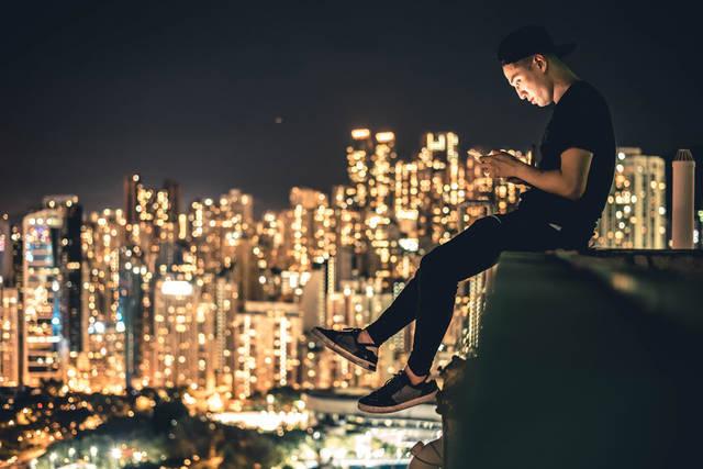 [フリー写真] 香港の夜景と屋上でスマホをいじる男性でアハ体験 -  GAHAG | 著作権フリー写真・イラスト素材集 (14724)