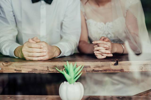 [フリー写真] 手を組んで寄り添う新郎新婦でアハ体験 -  GAHAG | 著作権フリー写真・イラスト素材集 (14727)