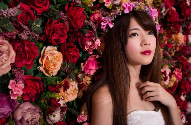 [フリー写真] 花の壁の前に立つ花嫁でアハ体験 -  GAHAG | 著作権フリー写真・イラスト素材集 (14746)