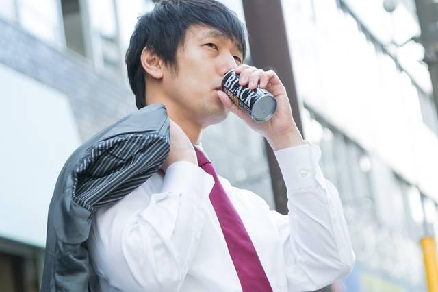 糖分の摂取量を気にするプチメタボ|ぱくたそフリー写真素材 (14779)