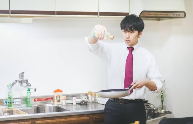 男の料理は高い位置からオリーブオイルをたらす|ぱくたそフリー写真素材 (14780)