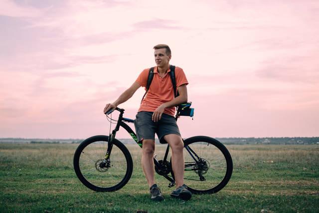 [フリー写真] マウンテンバイクに腰掛ける外国人男性でアハ体験 -  GAHAG | 著作権フリー写真・イラスト素材集 (14801)