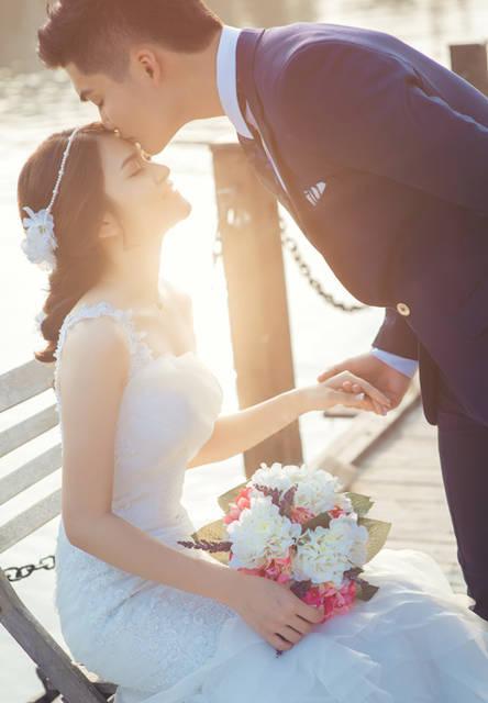 [フリー写真] 花嫁の額にキスをする花婿でアハ体験 -  GAHAG | 著作権フリー写真・イラスト素材集 (14802)