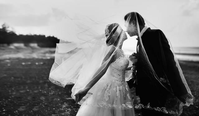 [フリー写真] ベールの中でキスをする新郎新婦でアハ体験 -  GAHAG | 著作権フリー写真・イラスト素材集 (14804)