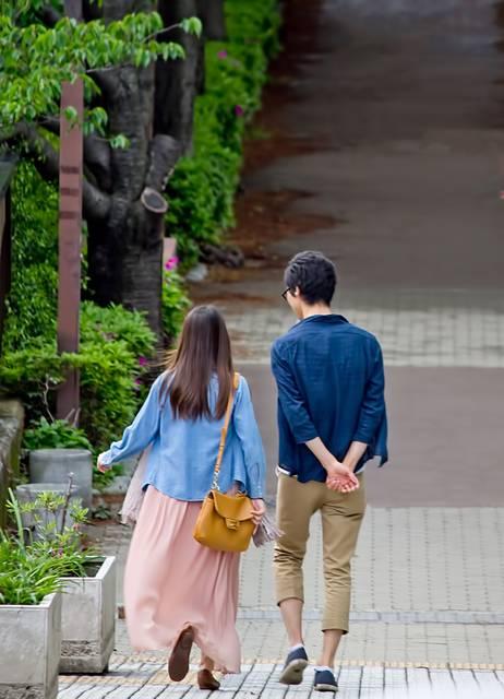 散歩する恋人|ぱくたそフリー写真素材 (14837)
