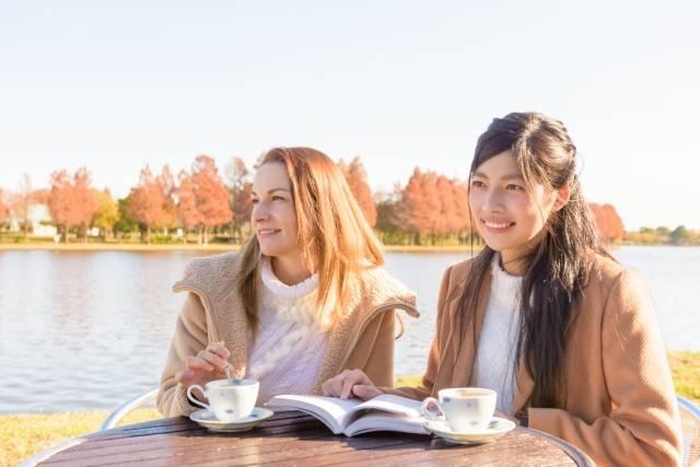 池の畔でお茶を飲む外国人観光客2|写真素材なら「写真AC」無料(フリー)ダウンロードOK (15057)