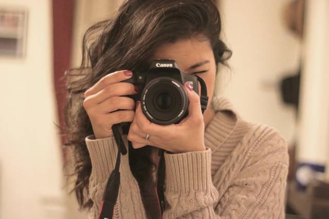 [フリー写真] デジイチで写真を撮る外国人女性でアハ体験 -  GAHAG | 著作権フリー写真・イラスト素材集 (15543)