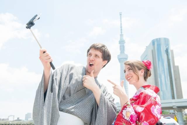 川辺で自撮りする浴衣の外国人観光客カップル2|写真素材なら「写真AC」無料(フリー)ダウンロードOK (15961)