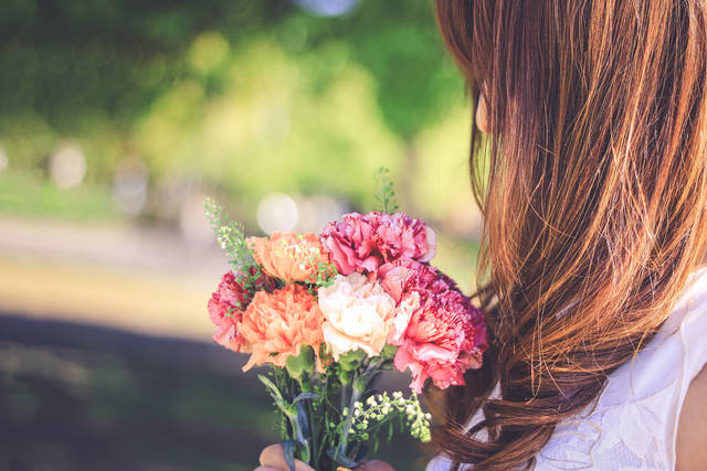 よく晴れた春の日にカーネーションの花束を受け取った女の子の画像|おしゃれなフリー写真素材:GIRLY DROP (16147)